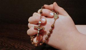 mani-che-pregano-Rosario-di-Maria-Vergine